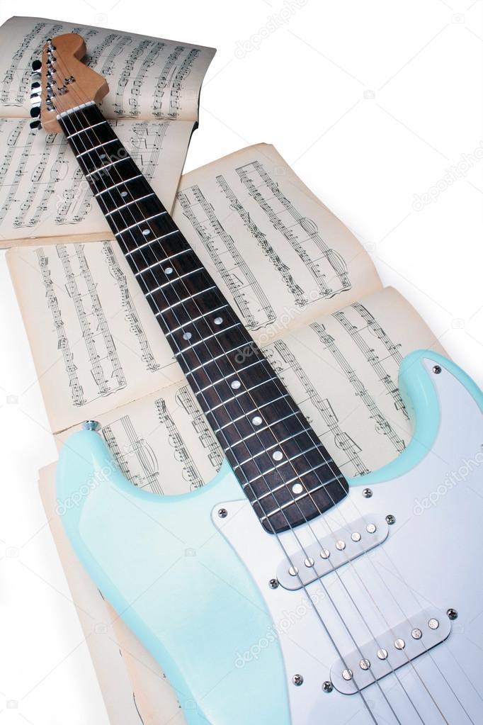 eine e-Gitarre auf einem Blatt für alte Musik — Stockfoto © Angelika ...