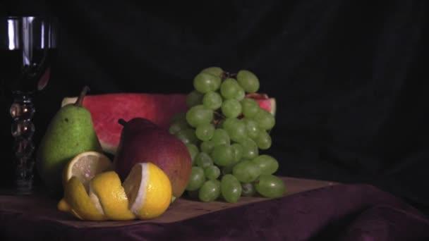 Zátiší s ovocem na dřevo