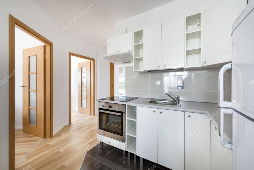 Kleine, weiße moderne Küche Innenarchitektur — Stockfoto ...