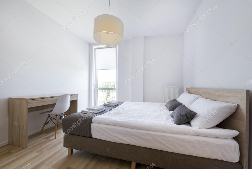 Moderne Slaapkamer Wit.Moderne Slaapkamer In Wit En Beige Kleur Stockfoto