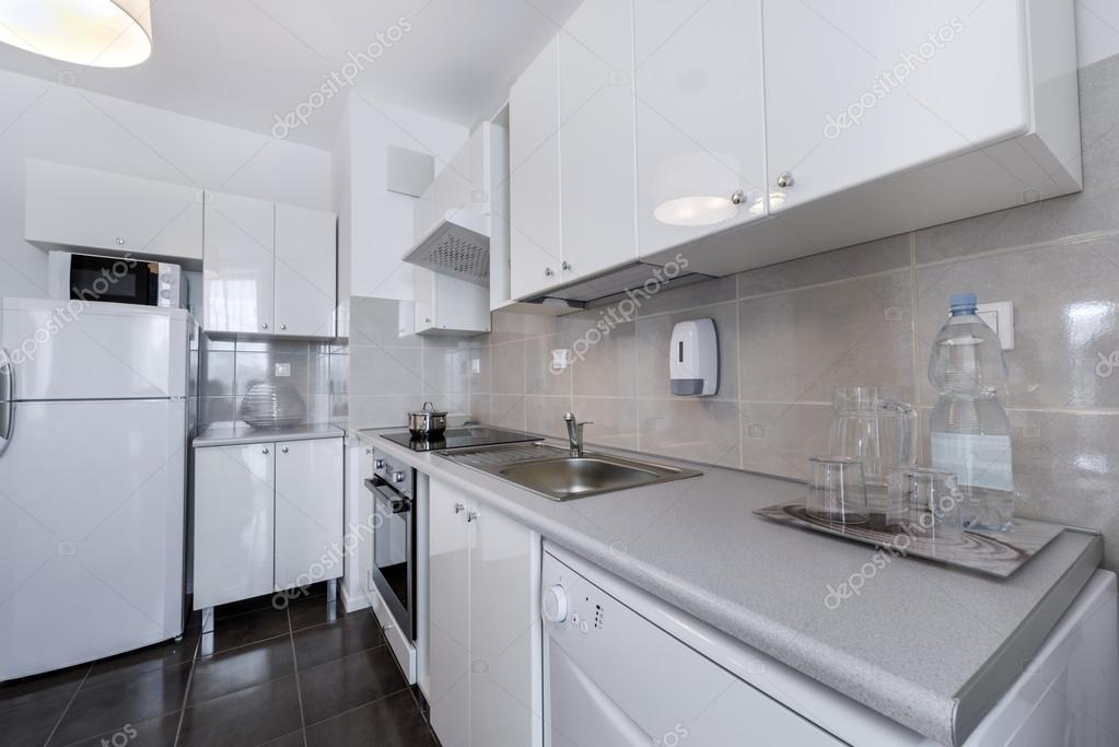 Weiße, moderne Innenarchitektur: kleine Küche — Stockfoto ...
