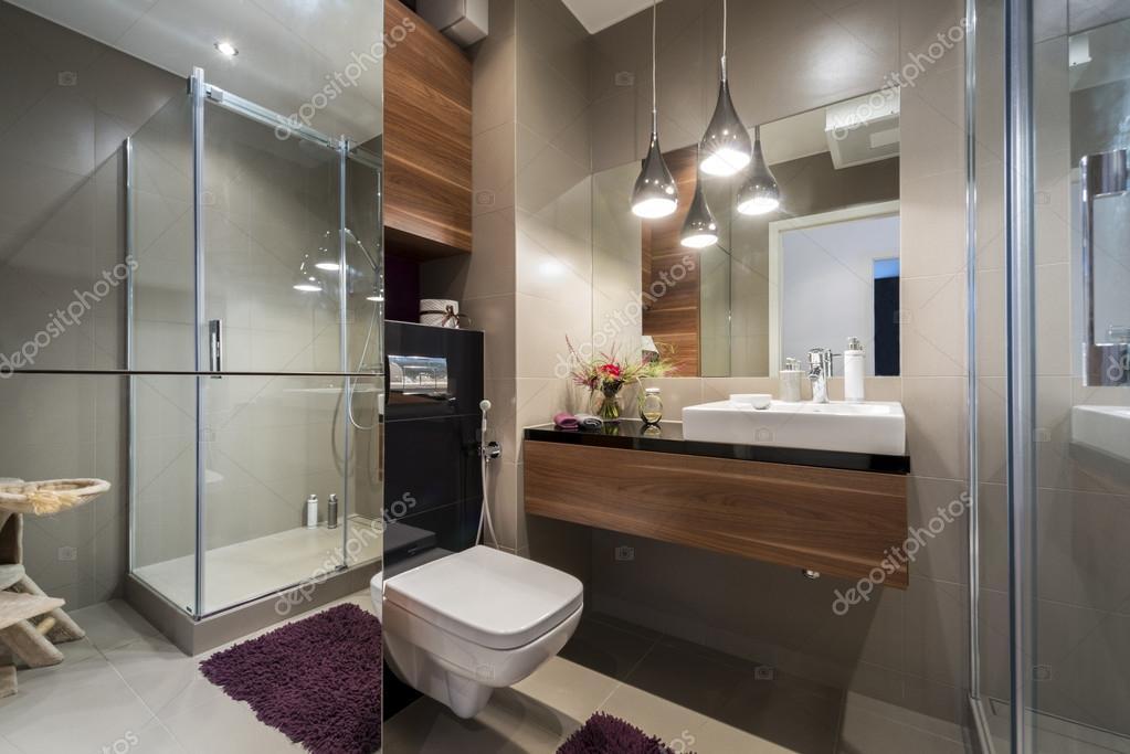 Salle de bains moderne gris et beige — Photographie jacek_kadaj ...