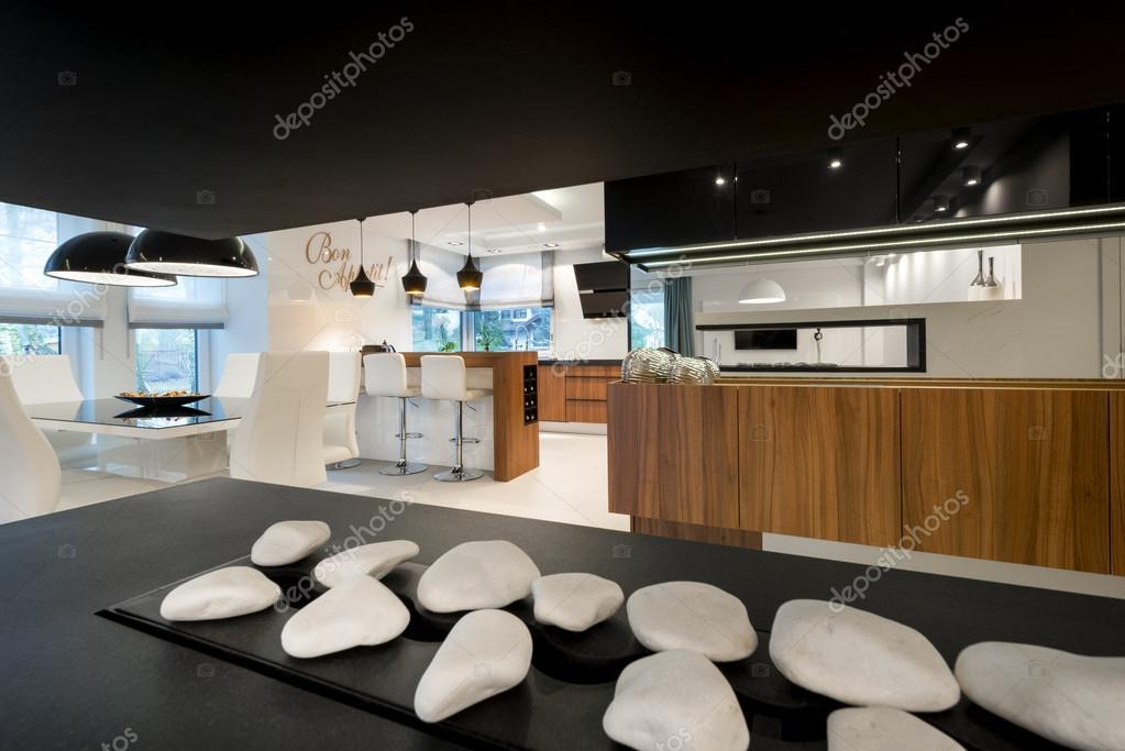 Moderne Open Keukens : Moderne open haard en keuken u stockfoto jacek kadaj