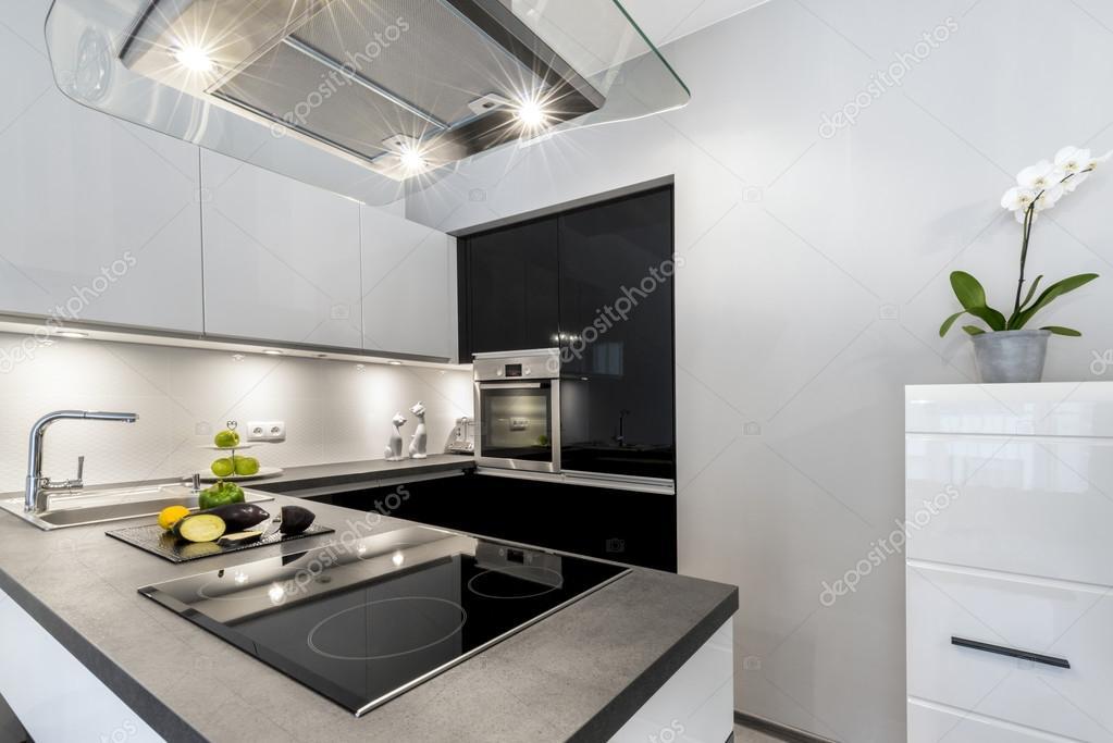 Prachtig luxe keuken met granieten werkblad u stockfoto