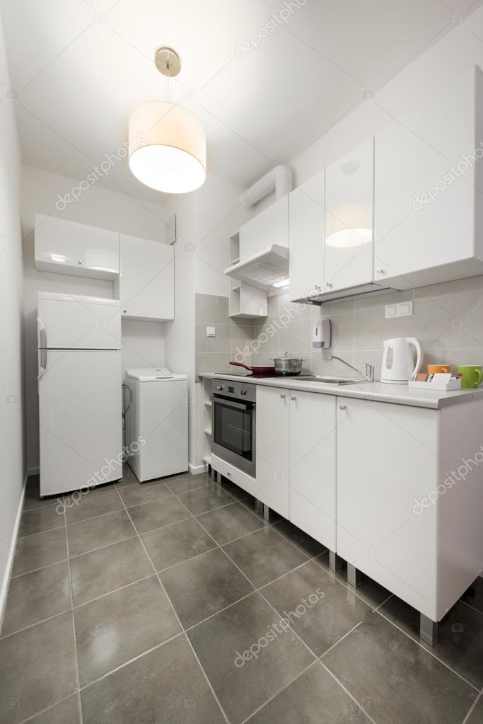 Arredamento cucina bianca piccola e compatta foto stock - Arredamento cucina piccola ...