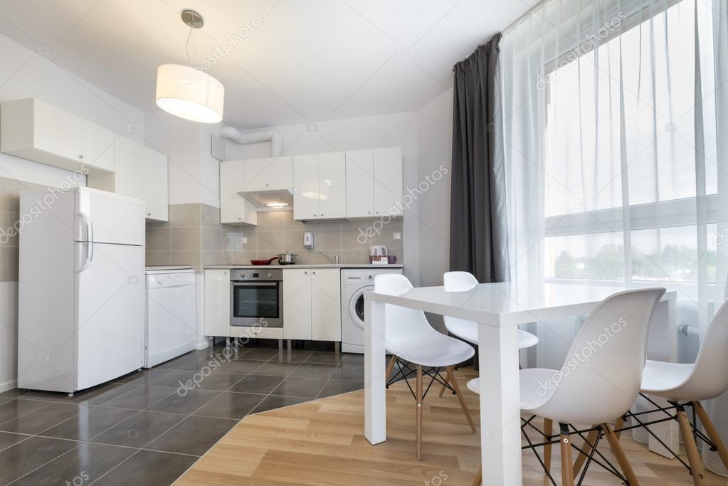 cucina moderna design d\'interni in colore bianco — Foto Stock ...