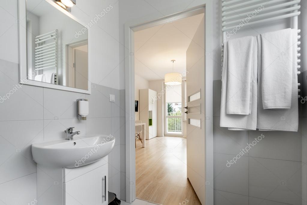 moderne, kompakte Badezimmer im skandinavischen Stil — Stockfoto ...