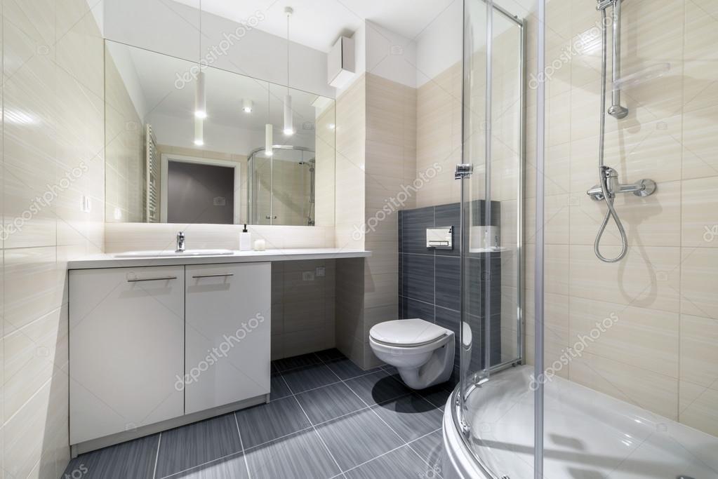 Petite salle de bain design d\'intérieur — Photographie jacek_kadaj ...