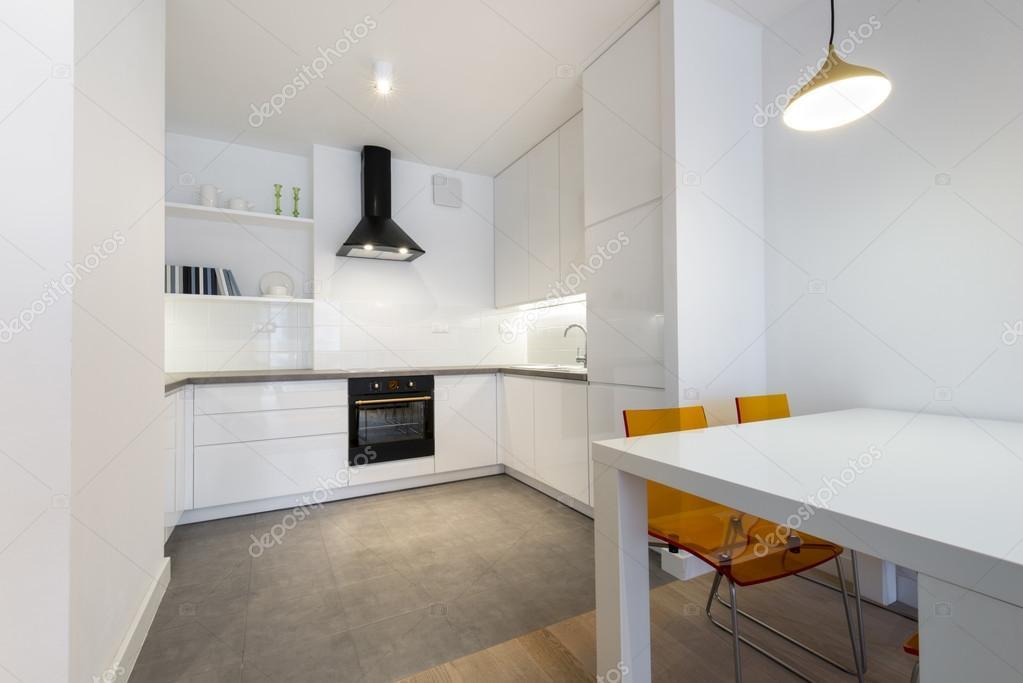 Stijlvolle keuken in klein appartement u stockfoto jacek kadaj