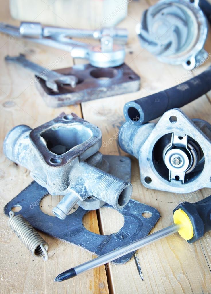 Verschiedene Automobil Ersatzteile liegen auf der Werkbank aus Holz ...