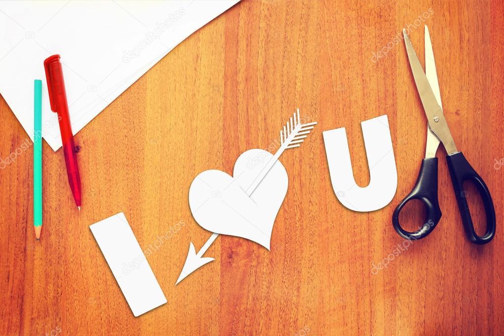 Symbole de l amour un cœur de papier transpercé par une flèche