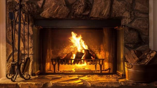 Plameny venkovského domu. Krb. Teplo a pohodlí domova. Hearth.