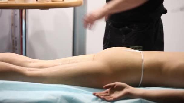 Žena se těší masáž