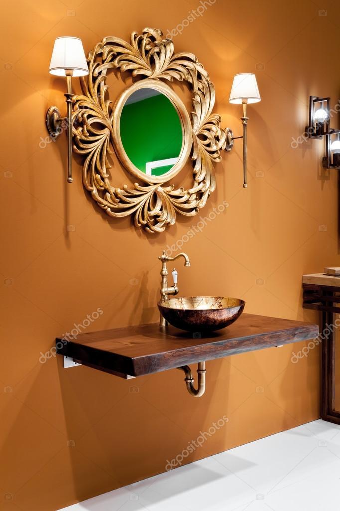 Disegno ceramica bagno lavello con rubinetto oro — Foto Stock ...