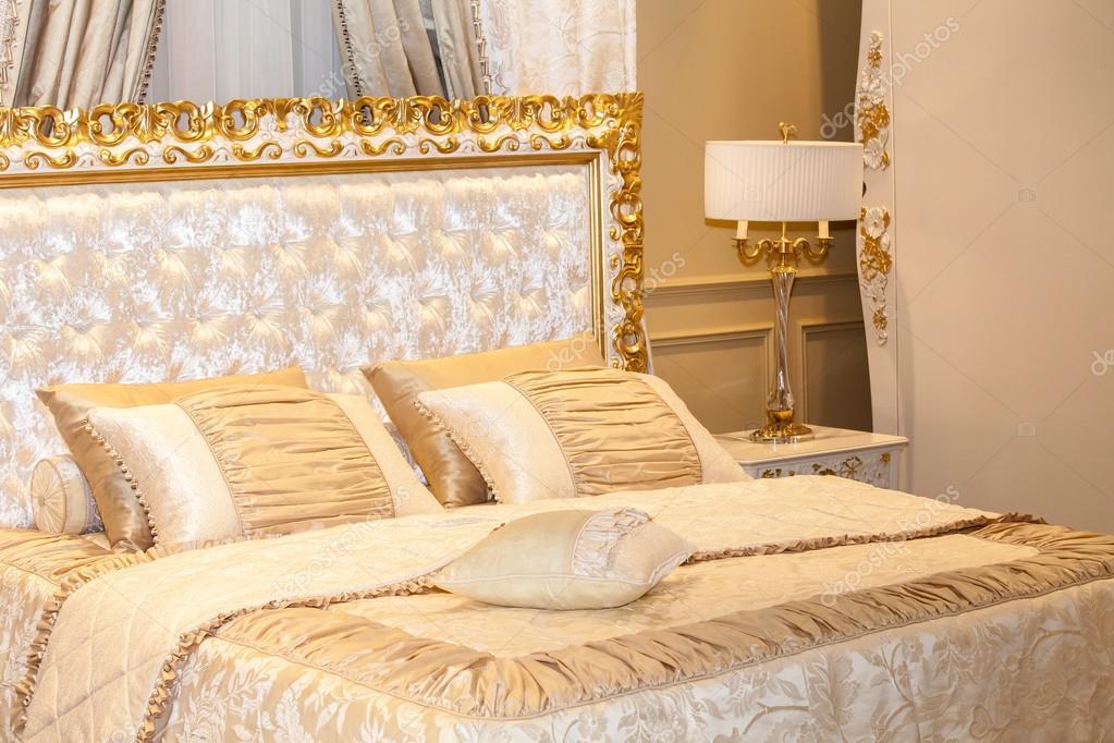 Gold Luxus Schlafzimmer — Stockfoto © prescott10 #124361444