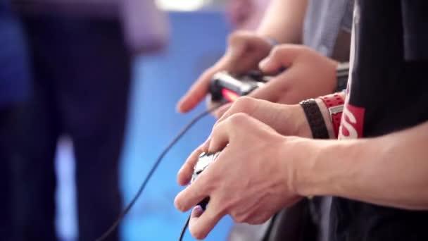 Játék konzol közelről, ember játszik videó játék joystick