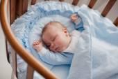 dítě spí s kolébkou