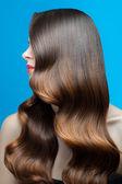Žena s dokonalou vlnité vlasy