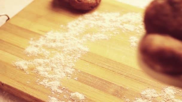 indisches Essen Aaloo Schnitzel oder Tikki setzen auf den Holzlöffel, hausgemacht