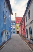 Vertikales Stadtbild. Schöne schmale Straße mit alten Gebäuden in Memmingen, Deutschland.