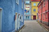 Stadtlandschaft. Schöne schmale Straße mit alten Häusern in Memmingen, Deutschland.