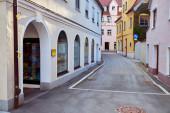 Kleine Straße mit Schaufenster in der Altstadt. Memmingen.