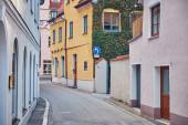 Alte enge Gasse mit Häusern. Stadtbild in Memmingen, Deutschland.