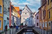 Stadtbild in der Altstadt. Alte Straße mit kleinen Brücken über den Kanal und die Gebäude. Memmingen.