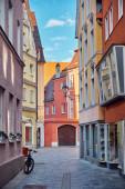 Schöne Straße mit alten Häusern in Memmingen, Deutschland. Vertikales Stadtbild.