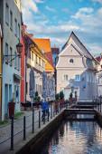 Vertikales Stadtbild in der Altstadt. Alte Straße mit kleinen Brücken über den Kanal und Gebäuden in Memmingen, Deutschland.