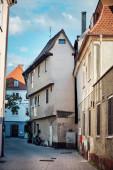 Enge Straße mit einem interessanten alten Haus in Memmingen, Deutschland.