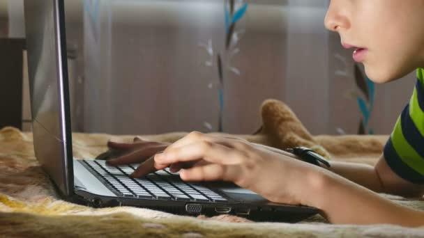 chlapec a laptop