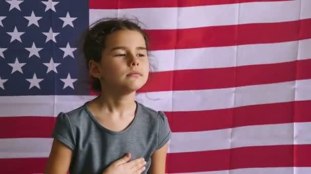 Dívka a Usa americká vlajka