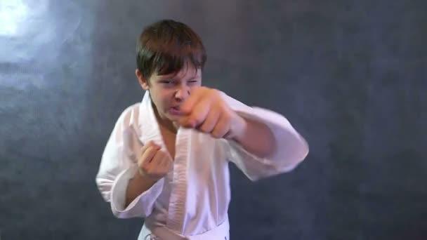 tizenéves fiú karate kimonó harc kéz integetett ököllel lassú mozgás