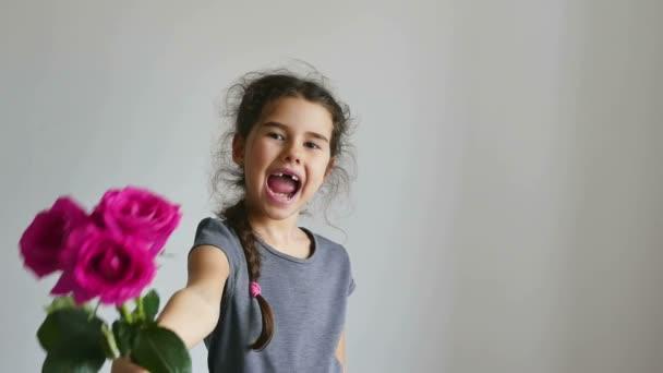 dívka a květy růže