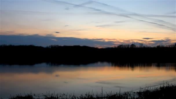 krásná obloha při západu slunce silueta řeka přírodní krajina