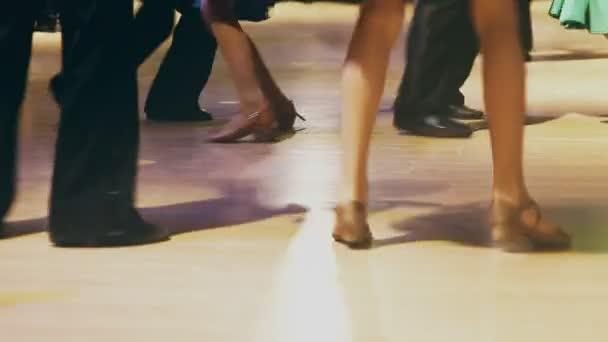 děti jdou na jevišti taneční sál davu taneční koncert nohy