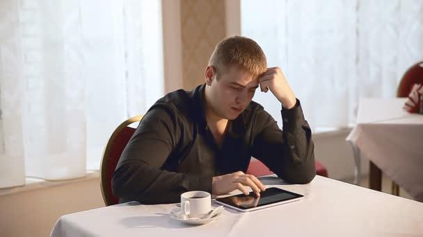 člověk s použitím tabletového počítače procházení Internetu touchscreen v kavárně