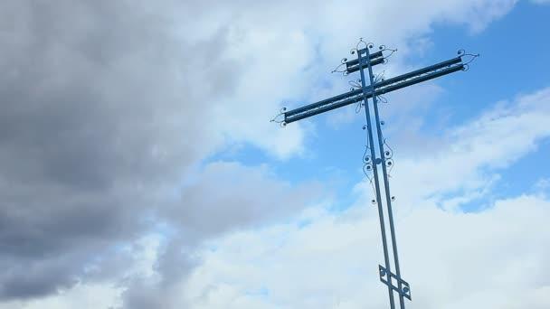 Hřbitovní kříž posuvné výstřel, záře svítání zlo zamračená obloha