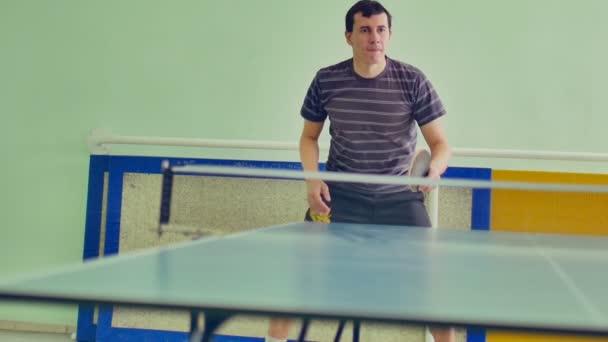 člověk hraje stolní tenis slow motion sport video bekhend