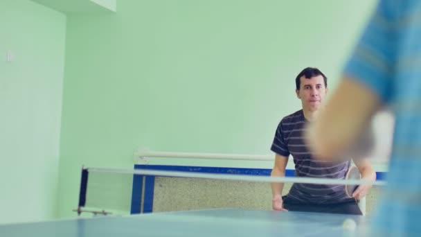 člověk hraje stolní tenis zpomalené video bekhend sport