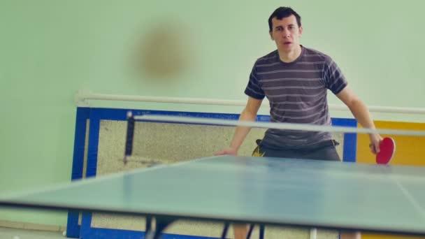 férfi játszik sportoló sport asztalitenisz lassított videóinak fonák