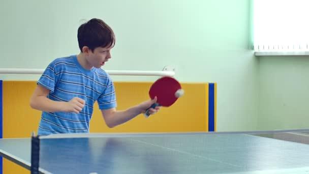 dospívající chlapec hraje video stolní tenis sport