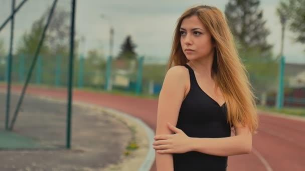 dívka na běžící pás stadionu sportovní aktivity Zpomalený pohyb