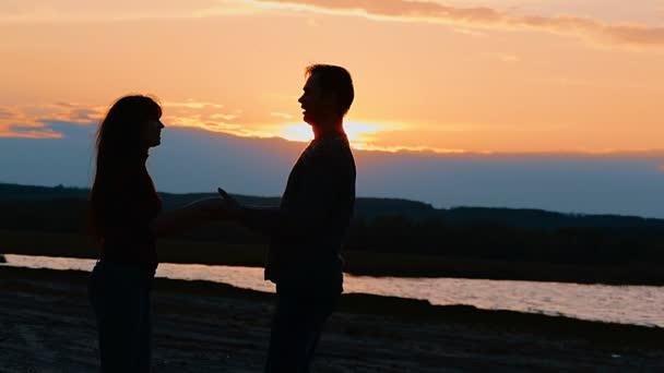 Dívka a chlapec drží za ruce, krouží zpomalené video