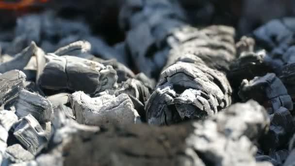 spalování uhlí plamen vydává kouř