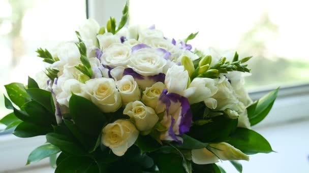 kis csokor fehér rózsával, a videó ablak