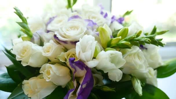video malé kytice bílých růží na okně