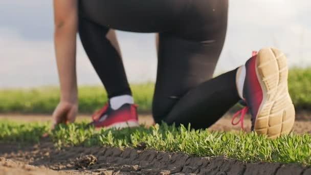 dívka nohy běží s nízkou počáteční zpomalené video