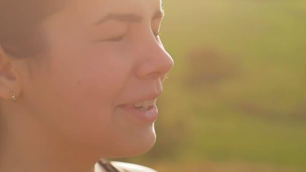 dívka tvář tře její oči v pomalém pohybu slunce video